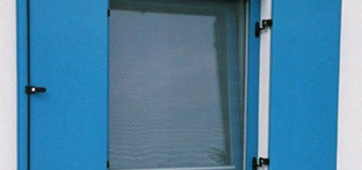 Lesena okna s polkni barve