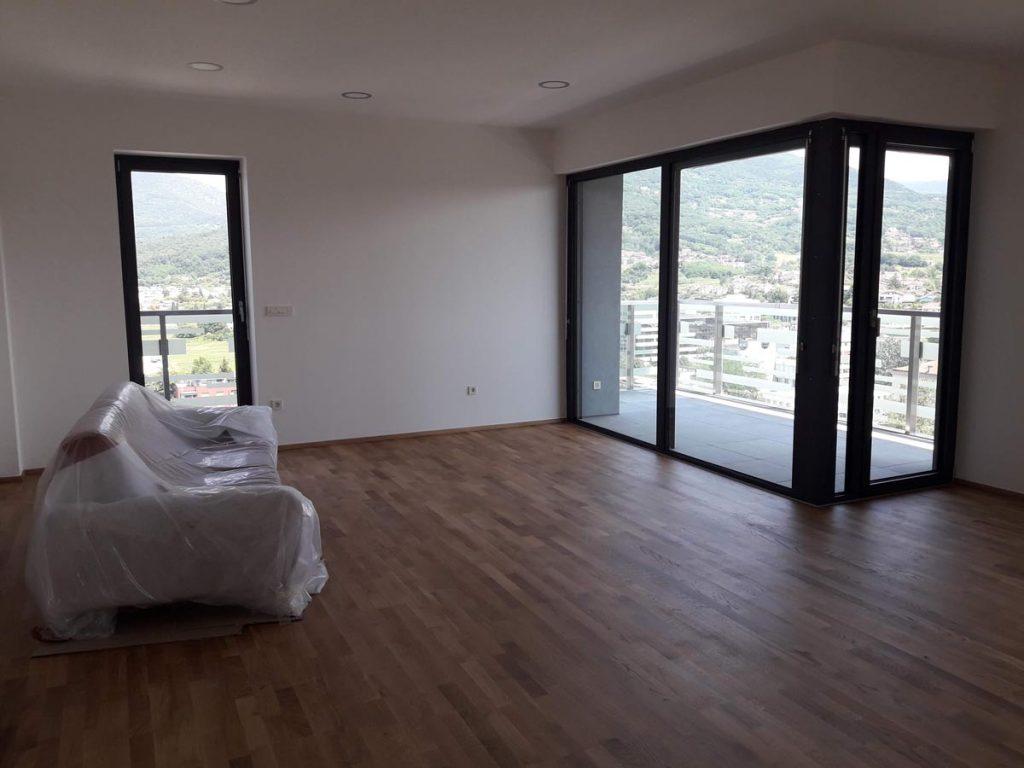 Belo prepleskana soba