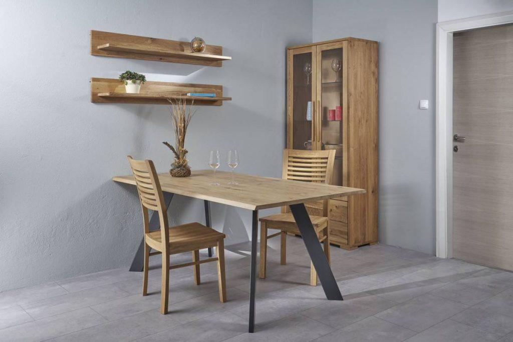 Masivne lesene mize in stoli